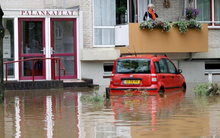 Ecozone Technologies representatives in the Netherlands, Vanhelsdingen Techniek, assist flood stricken residents in Valkenburg.